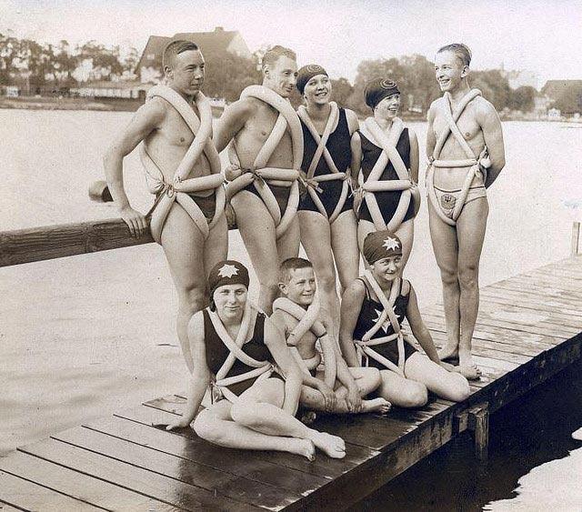 Pneumatici da bici come sostegni per il nuoto (Germania, 1925). Un gruppo di giovani indossano pneumatici di bicicletta a mo' di ciambelle per il nuoto.