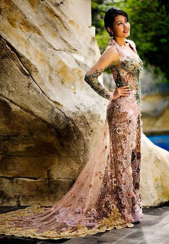 BelindoMag: an Indonesian kebaya. Really beautiful, isn't it? Who would not feel absolutely pretty in this as a woman?