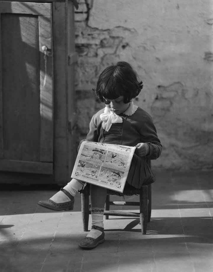 Pequeña lectora. Little reader girl.