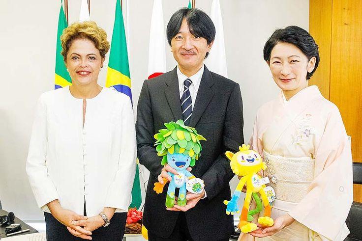 秋篠宮殿下御夫妻はリオデジャネイロ五輪のマスコットを手に、ルセフ大統領と記念撮影された= Robert Shucket Filho/PR(ブラジル大統領府)