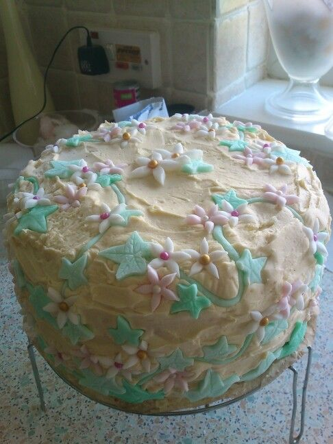 Sponge buttercream and fondant ivy and flowers