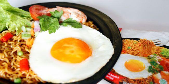 Vemale.com - Ketika membeli mie instan, Anda sering kali tertarik dengan bungkusnya yang menampilkan kelezatan mie-nya. Mie goreng atau mie kuah yang disajikan dengan topping telur atau daging dengan hiasan sayur.�