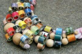 Bijzondere bib stijl #ketting met rolletjes van papier - #halsketting #sieraden #bibketting #statementpieces.nl