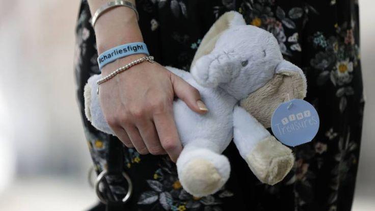 Zaak van doodzieke baby Charlie heropend, laatste kans voor ouders | NOS