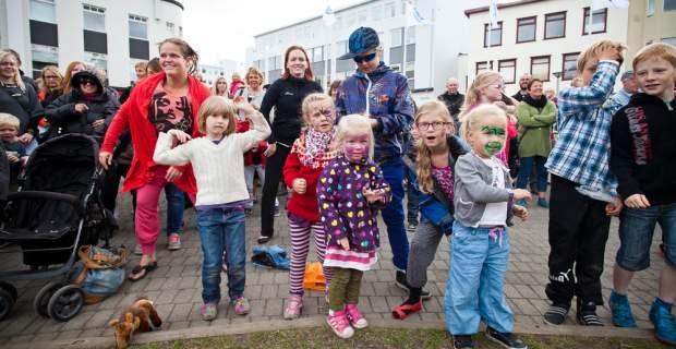 Η ισλανδική κοινωνία αγαπάει τις αντισυμβατικές οικογένειες, αλλά όχι ...