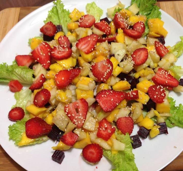 Ensalada. Lechuga romana y lisa, betabel, pera, mango, fresa y semillas de ajonjolí .Aderezado con ralladura de naranja, aceite de oliva, vinagre balsámico y sal.
