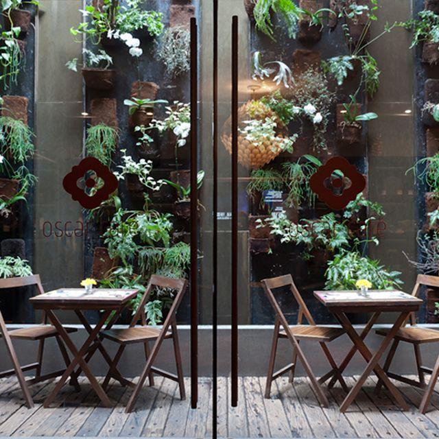 O escritório AMC Arquitetura teve o desafio de criar um ambiente acolhedor, contemporâneo e descolado para servir de palco para o Oscar Café. Confira esse projeto no MiMostra!