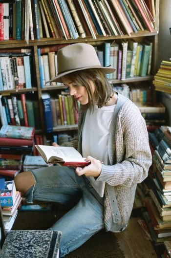 彼や友達、家族といる時間は特別なものだけど、もちろんひとりでいる時間も、とても大切にしています。カフェや公園のベンチなどで、ひとり読書しているパリジェンヌ。彼女たちにとって、孤独時間は、本を読んで教養を身につけるチャンスなのです。