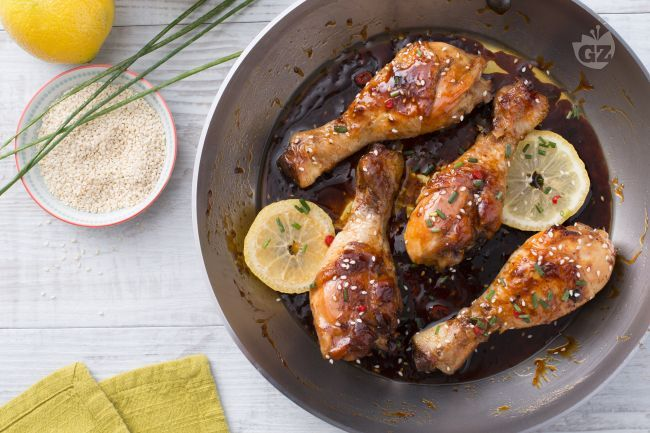 I fusi di pollo al miele sono un secondo piatto dal gusto agrodolce realizzato con un mix di aromi che stuzzicherà l'appetito dei vostri ospiti.