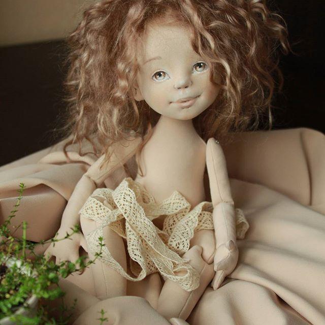 Привет! У меня родился растрепыш. Это потом будут хвостики-косички, а с утра девочки выглядят как-то так... #скоробудеткукла #кукла #текстильнаякукла #впроцессе #куклопроцессы #куклотворчество #интерьернаякукла #моякукла #девочка #голышом #кукларучнойработы #куклаизтекстиля