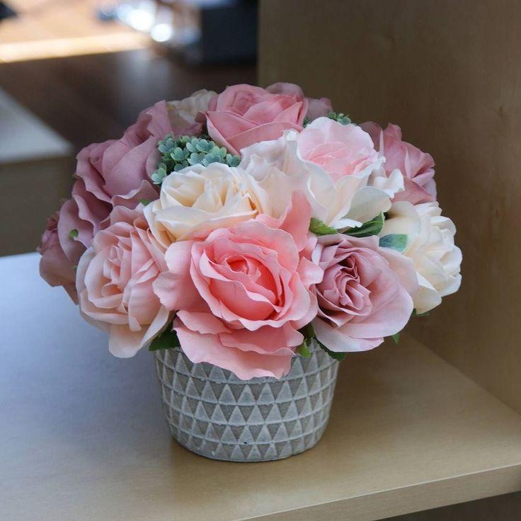 Apropieri #aranjament #aranjamente #flori #artificiale #floriartificiale #alb #crem #roz #cyclamen #mov #verde #trandafir #trandafiri #viburnum #vas #ceramic #decoratiuni #infrumusetare #casa #birou #flowerstagram #beatrixart www.beatrixart.ro