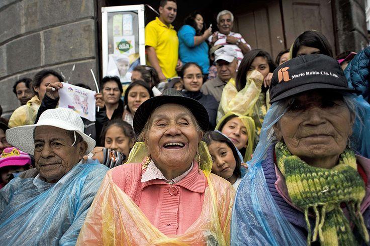 En la iglesia de San Francisco miles de fieles esperaron ansiosos la llegada del papa Francisico. Foto: AFP