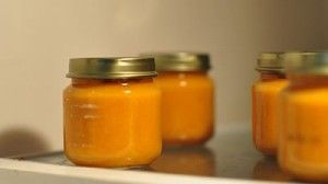 Potitos para bebés caseros de patata, zanahoria y puerro en la olla programable Newcook