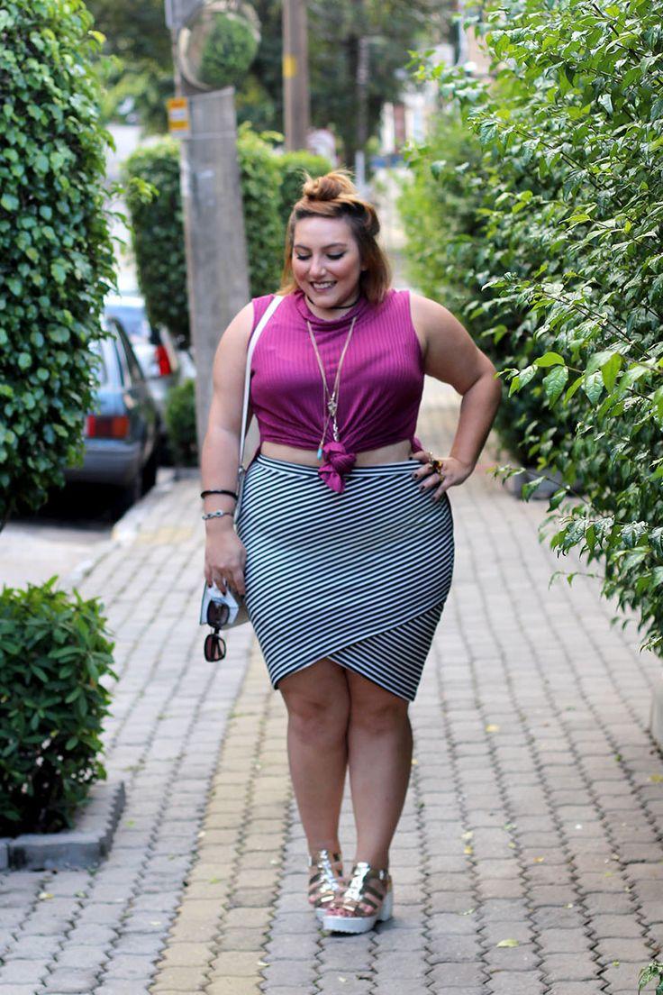 Look inspiração plus size: saia bangage, blusa com fenda e coletão