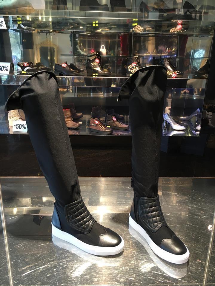 Сапогичулки на сплошной подошве   Высокие черные ботфортычулки из неопрена, на сплошной белой подошве толщиной 2см, с кожаными встав