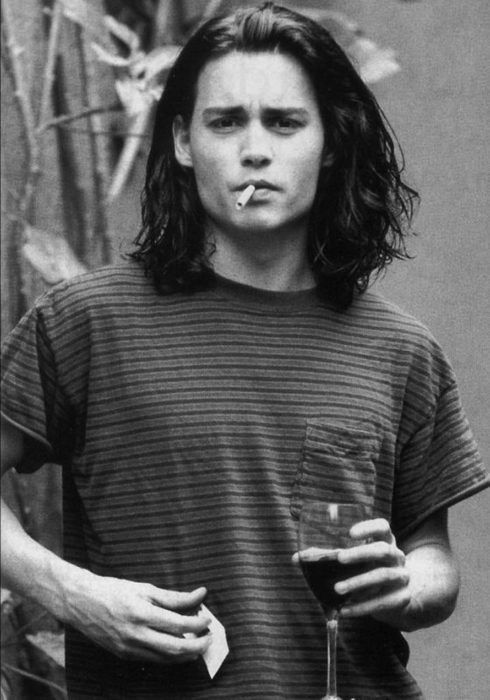 Johnny Depp joven... si tenia tatuajes pa ese tiempo....