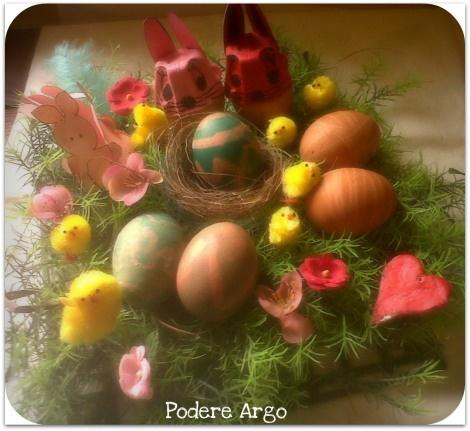 Centrotavola pasquale con uova decorate con le tinture naturali