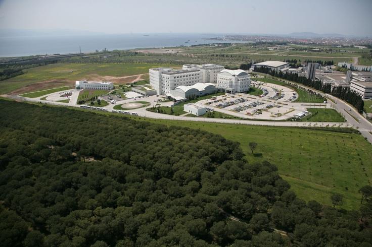 Yaklaşık 188.000 metrekarelik arazi alanı üzerine kurulan, 50 bin metrekarelik kapalı alanda ve 209 yatak kapasitesiyle çalışmalarına devam eden Anadolu Sağlık Merkezi, JCI (Joint Commission International) akreditasyonu, ESMO (Avrupa Tıbbi Onkoloji Derneği), ISO (18001, 14001 ve 9001) sertifikasyonlarıyla hizmet veriyor