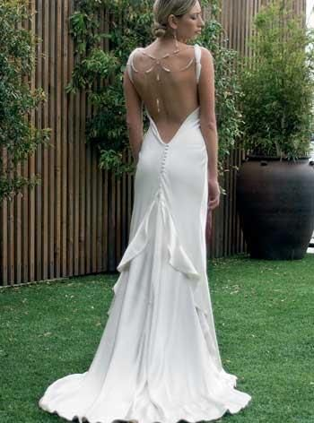 Свадебное платье с разрезом на груди и спине