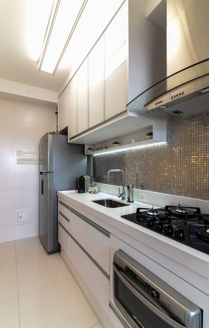Descubra um apartamento que recebeu uma decoração calma e en…