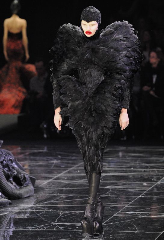 "L'exposition ""Alexander McQueen : Savage Beauty"" au V&A http://www.vogue.fr/mode/news-mode/diaporama/l-exposition-alexander-mcqueen-savage-beauty-au-v-a/18503/image/995995#!3"