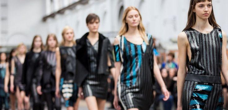 Le tendenze moda del prossimo autunno-inverno 2016/2017 hanno il sapore e il fascino degli ormai trascorsi anni '90. Il denim, per esempio, ritorna prepotentemente sulle passerelle, così come le classiche camicie bianche, il chiodo di pelle nero e i cappotti taglio maschile.