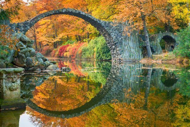 幻想的な円形模様!水の鏡で映し出されたドイツの「悪魔の 橋」 優雅で美しい橋の名前は「Rakotzbrücke(Rakotz Brucke)」と言い、通称「ラコツ橋」と呼ばれています。ドイツのクルムローに位置する「The Azalea and Rhododendron Park Kromlau」という公園にその橋は存在します。