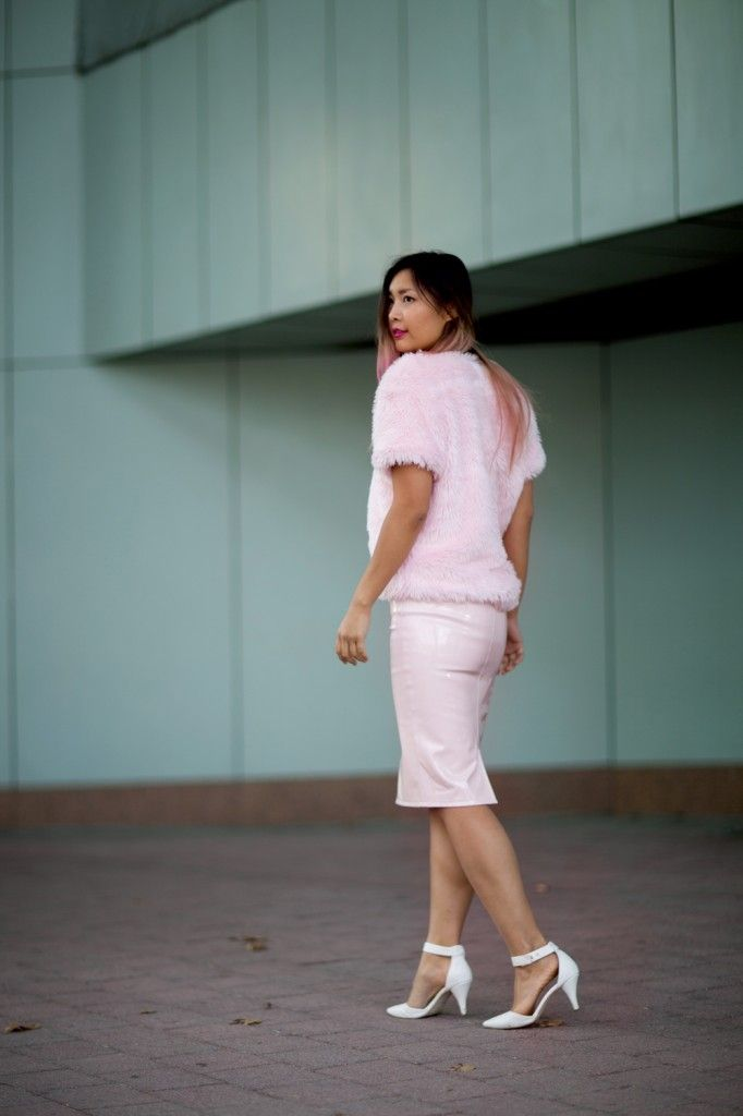 pastel pink latex skirt fur shirt look outfit #streetstyle #ootd #outfit #blogger #closetvoyage #wndlnd