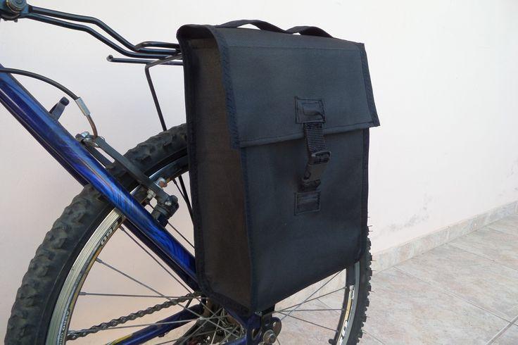 Sidebag, bolsa lateral para bicicletas, ideal para carregar pequenas coisas. Possui alça para transportá-lo na mão quando fora da bicicleta. Fixado ao bagageiro por botão de pressão resistentes, suportam bem. Possui capacidade de 6 litros aproximadamente. Este também está a venda, feito de nylon 600. Segue link do site OLX http://sc.olx.com.br/florianopolis-e-regiao/ciclismo/bolsa-lateral-para-bicicletas-337272722
