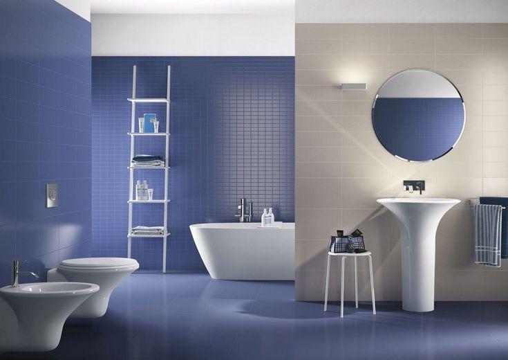 salle de bain colorée en lilas et blanc avec un sanitaire blanc