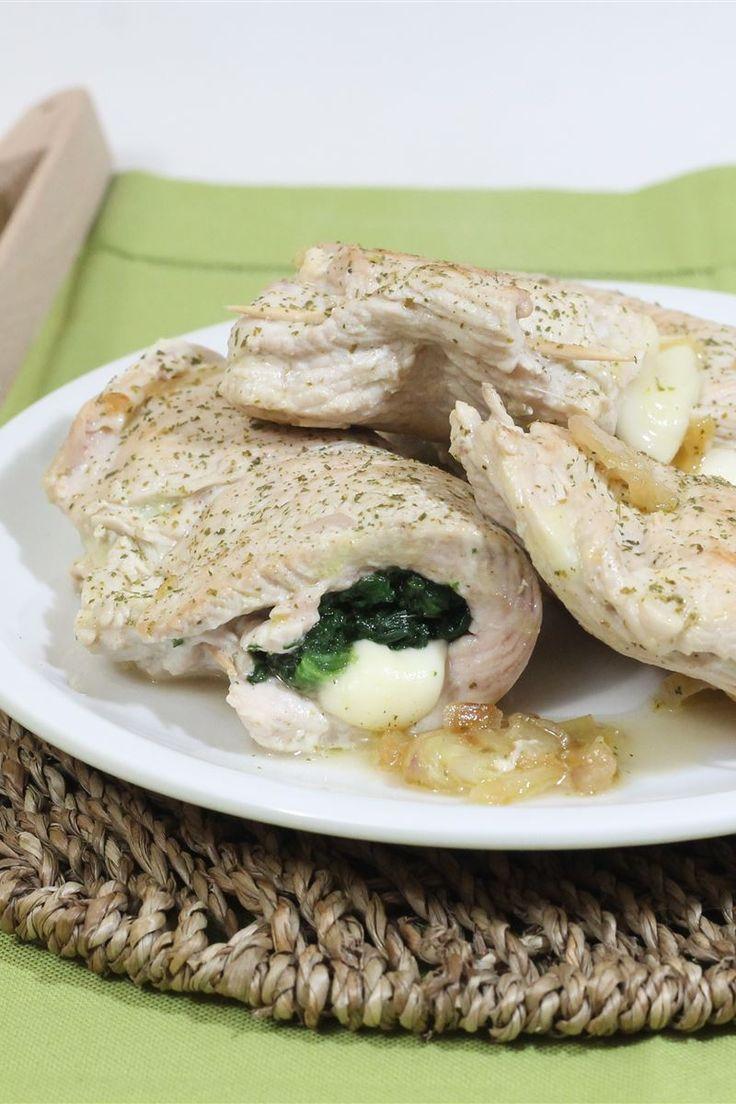 I portafogli di tacchino con spinaci e formaggio consiste in un secondo piatto semplice e veloce da preparare; una volta farcite con un gustoso ripieno di spinaci e formaggio andranno cotti in padella bagnati con del vino bianco.