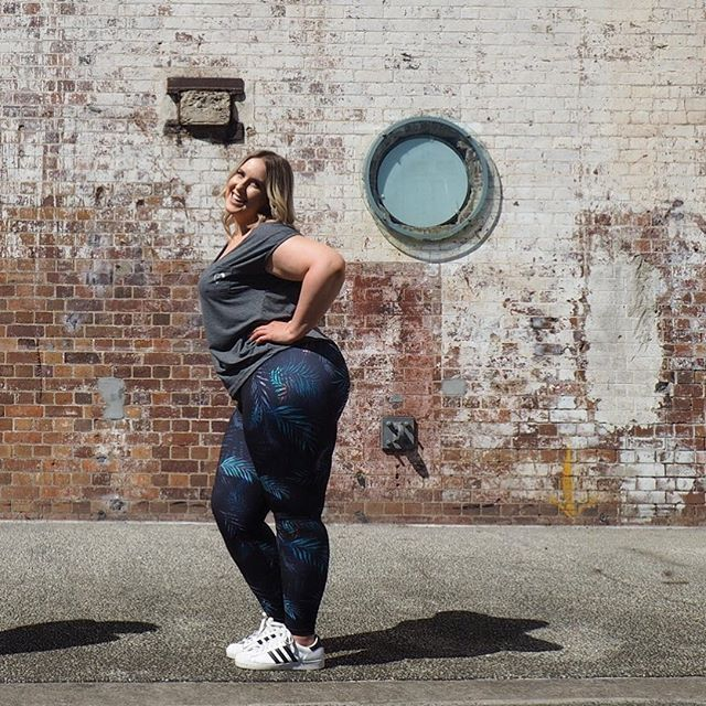 Oh yeah it's Friday!! 💁 @clairseymour wears our Essential Full-length Tight in Midnight Palm #newactivewear #newworkoutclothes #activewear #newgymclothes #inmyactivewear #onlineactivewear #plussizeactivewear #activewearonline