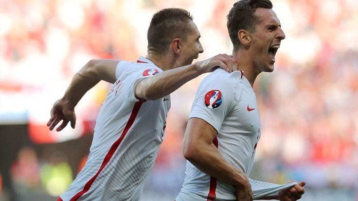 Arkadiusz Milik (R) of Poland celebrates with team-mates after scoring the opening goal during their UEFA EURO 2016 Group C match against Northern Ireland
