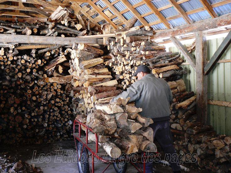 Le propriétaire de la cabane à sucre puise dans sa réserve de bois pour alimenter la fournaise.