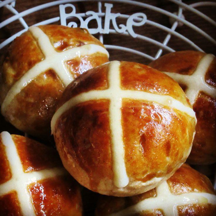 Hot Cross Buns  イギリスでイースターに食べる菓子パン。 スパイスを混ぜ込んだ生地に洋酒漬ドライフルーツ入り。