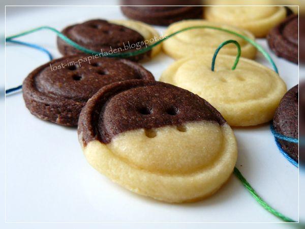 Bei mir ist nun der Startschuss in die Adventsbäckerei gefallen. Angefangen habe ich mit Knopfkeksen in Schoko und Vanille - oder Schwarz...