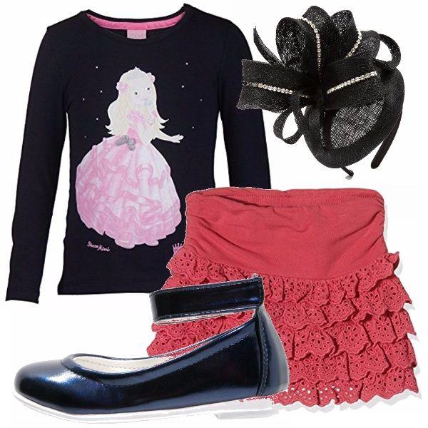Anche la tua bimba ha ormai una vita sociale. E così indosserà: gonnellina abalze color corallo, maglia nera a maniche lunghe con stampa, cerchietto elegante in testa e ballerine nere.
