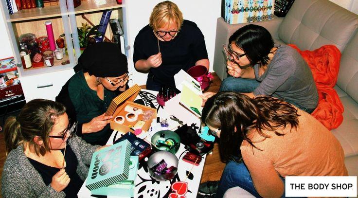 On analyse minutieusement ce qui se trouve dans le kit du Moment #NoëlMagique #TheBodyShop !