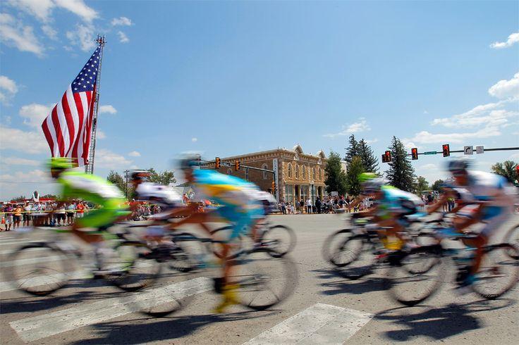 Un immense drapeau américain salue le peloton dans la traversée de Crested Butte - © USA Pro Challenge Toute reproduction, même partielle, sans autorisation, est strictement interdite. Pour la première fois de son histoire, le Tour de Californie fait...