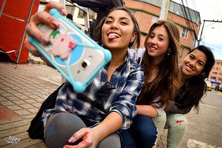 Tres adolescentes amigas durante una jornada de brochas, rodillos y pinturas se tomaron un minutico de descanso para lograr un bonito recuerdo.