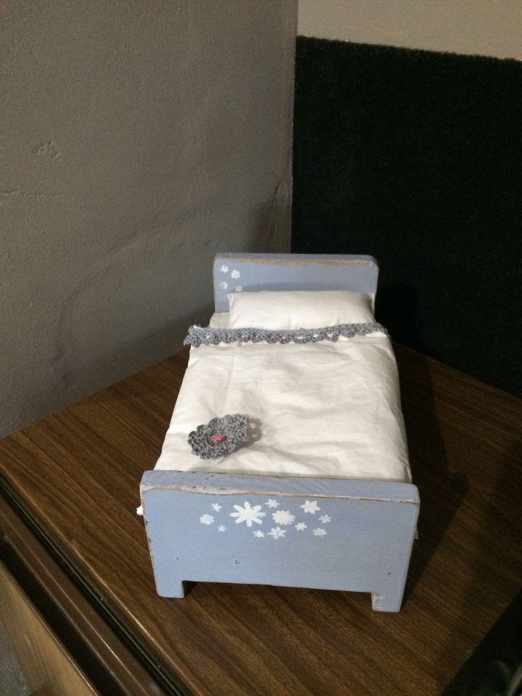 Romantic small dolls bed!