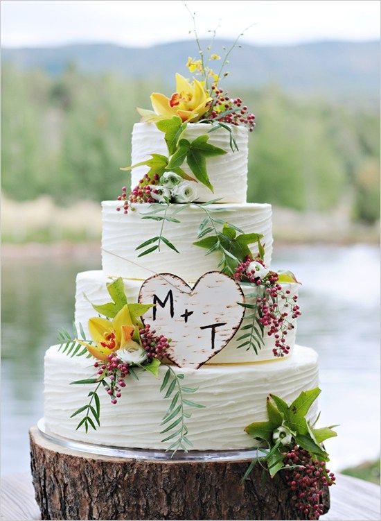 Coup de coeur pour ce joli gâteau de mariage aux couleurs d'automne. Une palette de couleurs chaleureuses de jaune, rouge et vert. J'aime beaucoup aussi le cake topper, ce petit coeur en bois marqué des initiales des mariés un brin rustique (oui, je sais, j'adooooore ce style!) est à la fois sobre et original.