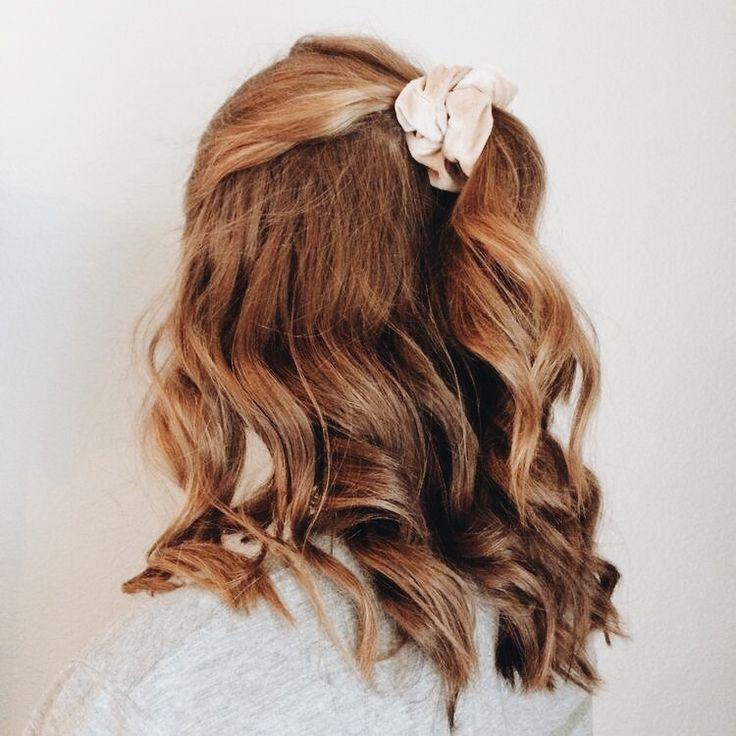 Haare Haartraume Frisuren Locken Scrunchie Frisuren Haare Haartraume Locken Sc Curled Hairstyles Scrunchie Hairstyles Long Hair Styles