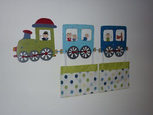 Vyřezávaný věšák veselý VLÁČEK - Mašinka i vagónky jsou ručně vyřezané z překližky o tloušťce 6mm a jsou namalované barvami na dřevo. Vše je důkladně přelakováno. Také všichni cestující včetně strojvedoucího jsou vyřezaní z překližky, takže jsou plastičtí. Věšák je možno použít na oblečení, pytlíky s hračkami nebo jako podklad na kapsář.  Na mašince i vagóncích jsou ze zadu vždy 2 háčky na pověšení.