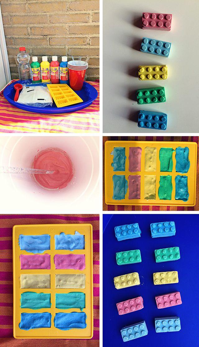 Maak zelf krijtjes in de vorm van Legoblokjes met gipspoeder en plakkaatverf. In deze DIY laat ik je zien hoe! #lego #diy #krijtjes