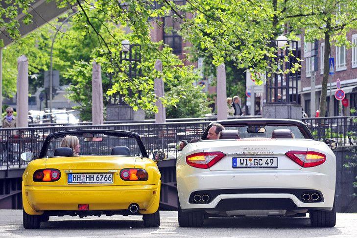 Maserati GranCabrio gegen Mazda MX-5 – unterschiedlicher kann Offenfahren nicht sein. AUTO BILD lässt einen Gebraucht-Roadster von 1996 gegen das italienische Vollblut zum 30-fachen Preis antreten.