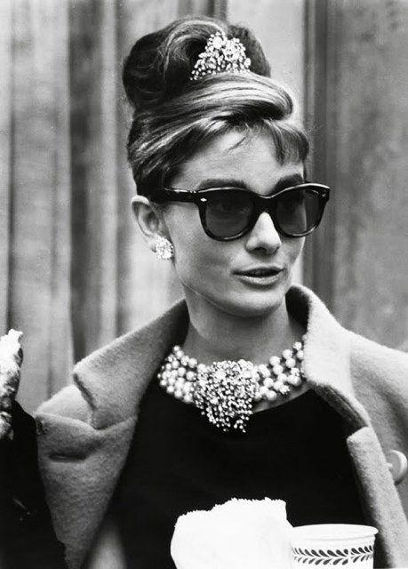 """Icones 1960 Audrey Hepburn-""""Depois de 1961 e de Bonequinha de Luxo, surgiu um verdadeiro exército de garotas de vestido preto à la Audrey Hepburn. A influência do filme foi tão grande que a Sociedade Americana para a Prevenção da Crueldade contra os Animais relatou uma avalanche de pedidos de gatos amarelos."""