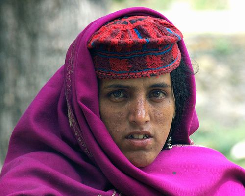 I'm back from a blissfull ten days in Kashmir. I was quiet trigger happy while I was there for obvious reason.  The beautiful women in the picture is a Gujjar. The Gujjar are the nomadic mountain people of the himalayas. They' live in some of the mos Patrzę na to zdjęcie i wiem, że inspiracja może przyjść w ażdej chwili. Dzięki ! Modne fotki są też tu http://fashion.apart.pl/tag/projektanci-mody/