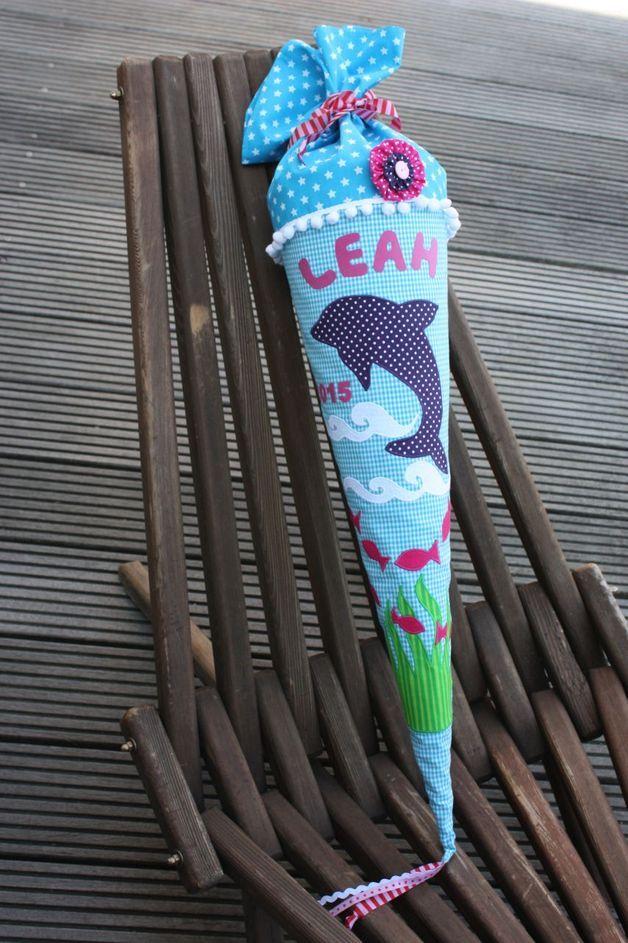 Der erste Schultag ist etwas ganz besonderes und es darf auch nicht die besondere Schultüte fehlen. Eine in liebevoller Handarbeit genähte Schultüte aus wunderschönen Baumwollstoffen. Die...