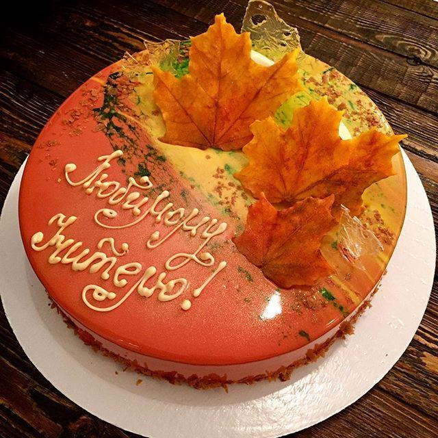 С Днём учителя!!! Мало ли у кого то мама или бабушка учитель, а подарка ещё нет🙁либо вы просто хотите кого то порадовать 😉 есть сердечко💛 500-600 грамм ( тёмный шоколад/вишня)  Так что пишите 😉  P.s. Декор на торте весь съедобный 🤗  #la_dentsucree_cake